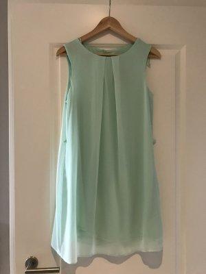 Schönes Kleid aquamarin