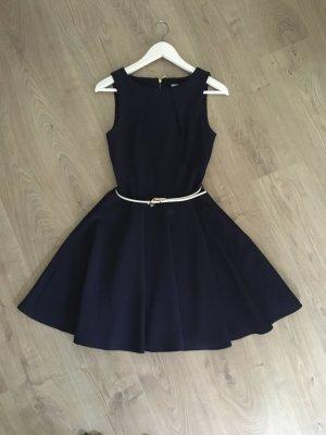 Schönes Kleid für elegante Anlässe mit Taillengürtel