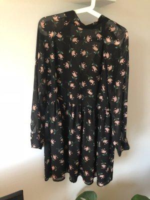 Schönes Kleid in schwarz in Größe S