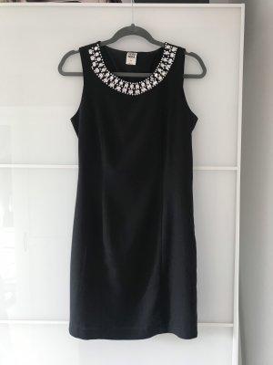 Schönes Kleid mit ausgefallenem Kragen