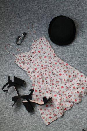 Schönes Kleid mit Blumenmuster