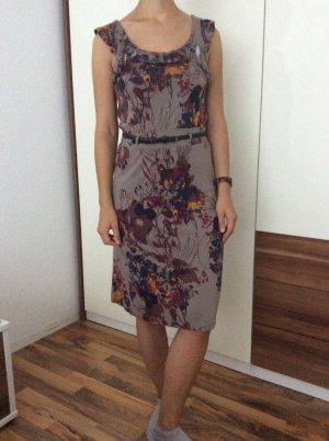 Schönes Kleid mit Gürtel