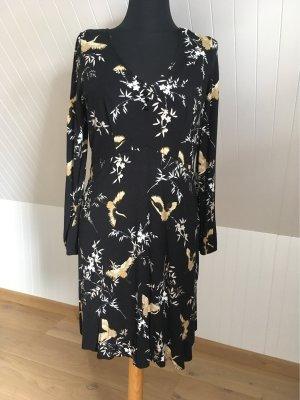 Schönes Kleid mit Kranichen