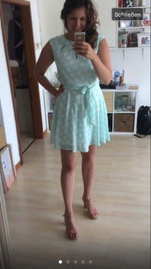 Schönes Kleid mit Punkten