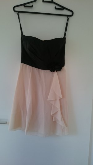 schönes Kleid mit schwarzem Bandeau und rosafarbenem Rock