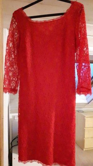 Schönes Kleid mit Spitze, rot
