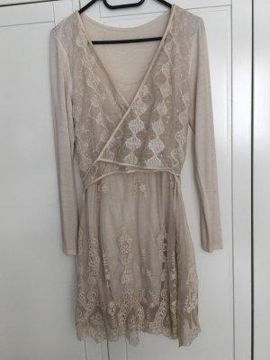 Schönes Kleid mit Spitzendetails in Wickeloptik