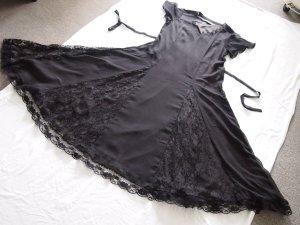 schönes Kleid mit Spitzeneinsätzen am Ausschnitt und im Rock (vorne und hinten)
