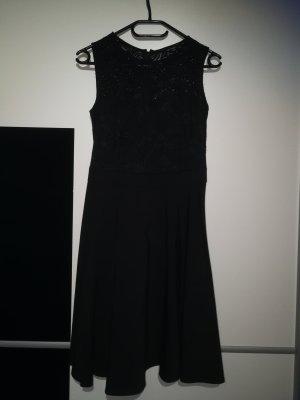 Schönes Kleid mit Spitzenoberteil