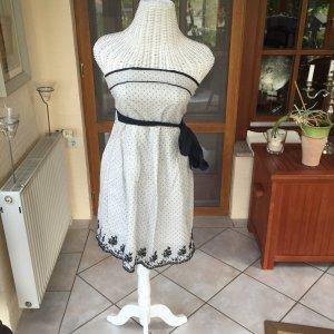Schönes Kleid mit Spitzenoptik