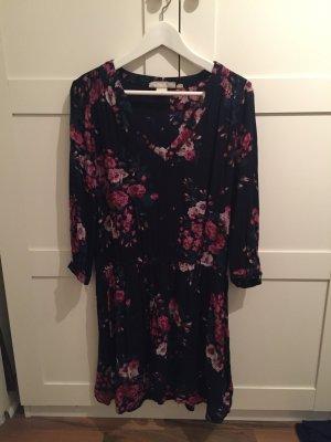 Schönes Kleid mit tollem Blumen Muster