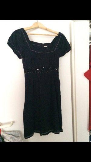 Schönes Kleid mit Unterkleid und Pailetten