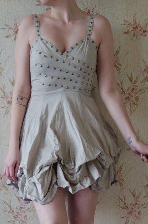 schönes kurzes Kleid mit verstellbarem Rock