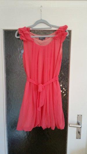 Schönes kurzes Kleid von Apricot. Rüschendetail an den Ärmeln.