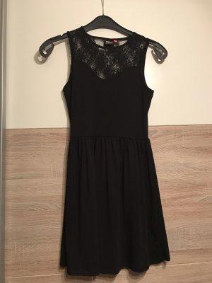 Schönes kurzes Kleid zum Ausgehen