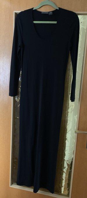 Schönes langes schwarzes Kleid