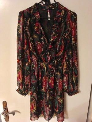 Schönes luftiges knielanges Kleid