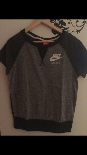 Schönes Nike T-Shirt Größe S