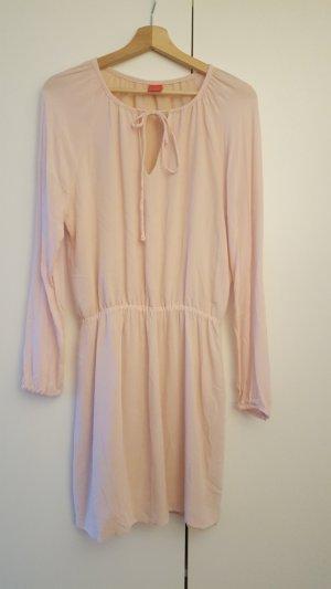 Schönes roséfarbenes Kleid.