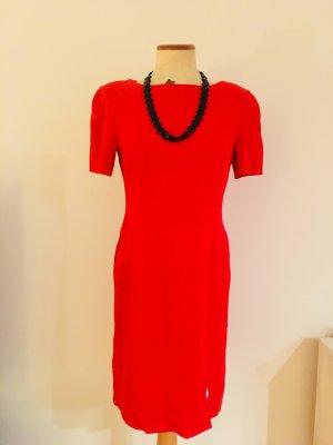 Schönes, rotes Etuikleid von Laurèl mit passender Halskette