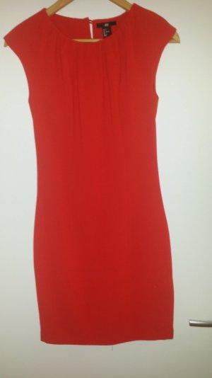 schönes rotes Kleid mit Schlitz