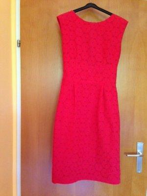 Schönes rotes und elegantes Kleid