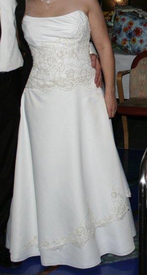 schönes schlichtes Brautkleid / Hochzeitskleid, champagner, trägerlos, Gr. 42