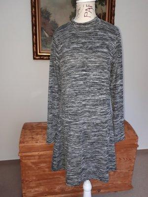 Schönes schlichtes kurzes Kleid