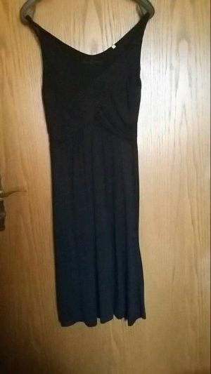 schönes schlichtes schwarzes Kleid