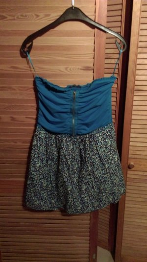 Schönes schulterfreies Sommerkleid