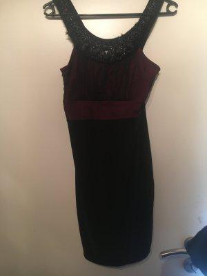 Schönes schwarz rotes Kleid mit Steinbesatz