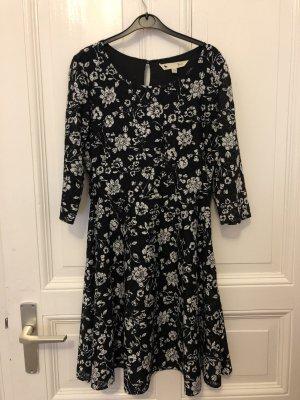 Schönes schwarz-weißes Kleid
