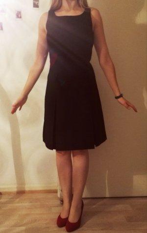 Schönes schwarzes Businesskleid ohne Gürtel