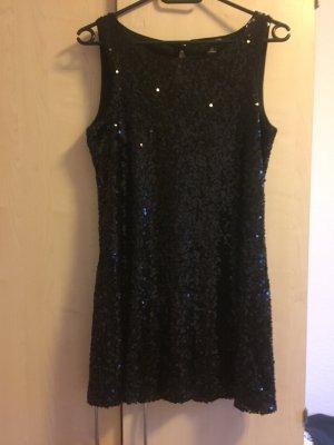 Schönes schwarzes Kleid für Weihnachtsfeiern