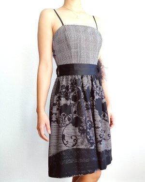schönes schwarzes Kleid mit Blumenmuster