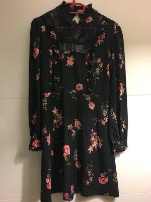 Schönes schwarzes Kleid mit Blumenmuster und Spitze