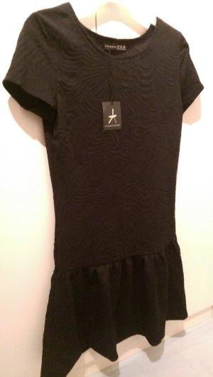 Schönes schwarzes Kleid mit Muster