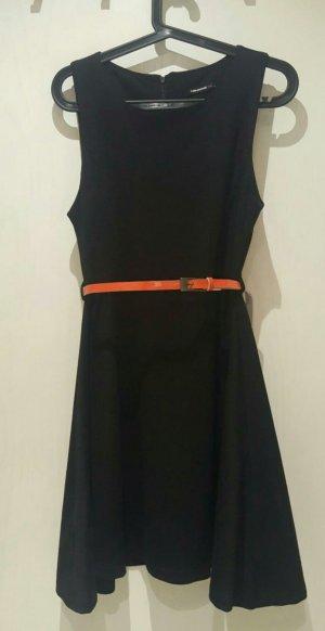 schönes, schwarzes Kleid mit Taillengürtel