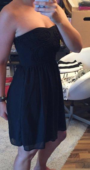 Schönes schwarzes Kleid Stickereien