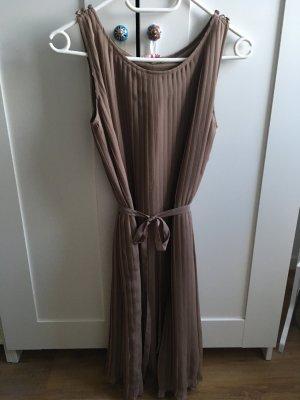 Schönes Sommer-Plissee-Kleid