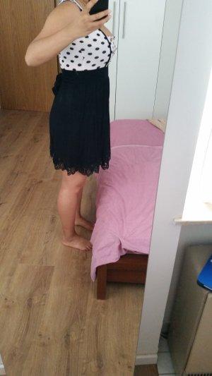 schönes Sommerkleid gepunktet