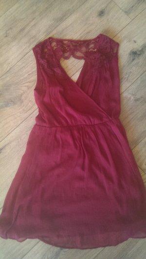 Schönes Sommerkleid in weinrot