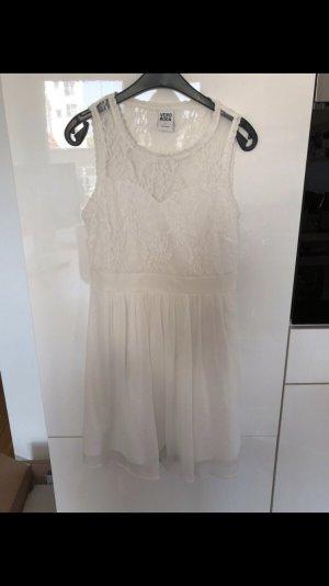 Schönes Sommerkleid in weiß mit spitze