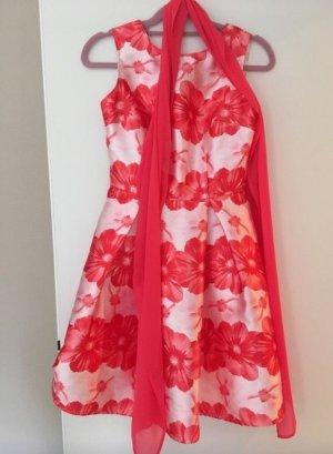 Schönes Sommerkleid mit traumhaften Blumen