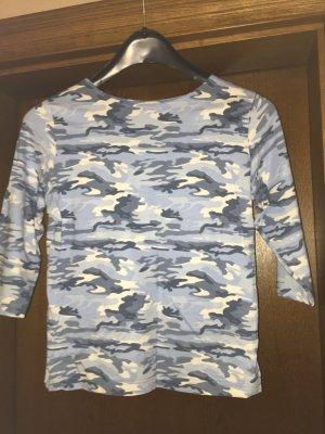 Schönes T-Shirt in mehreren Blautönen und weiß gemustert