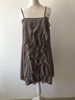Schönes Trägerkleid mit Rüschchen in taupe