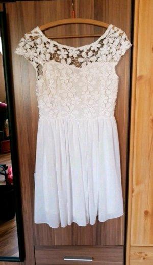 Schönes weißes Kleid aus spitze