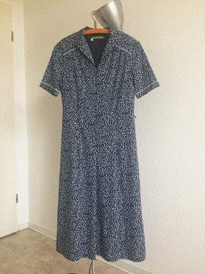 Schones Vintage kurzärmeliges Kleid in Blau mit abstraktem Muster in weiß
