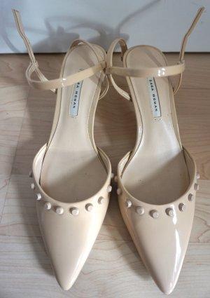 Schuh mit mittelhohem Absatz und Nieten