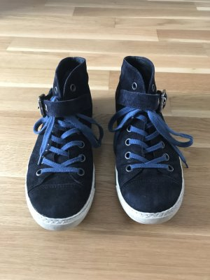 Schuhe aus dunkelblauem Wildleder